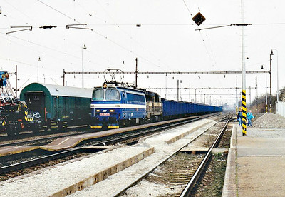 BRKS - 230 065 - 110 AC engines built 1966/67 by Skoda for freight duties, fibre glass bodies, on hire from CD - with 742 523 dead-in-train behind it and 742 541, 742 525 and 771 507 on the rear, heads south through Devinska Nova Ves on a block coal train, 14/03/07.