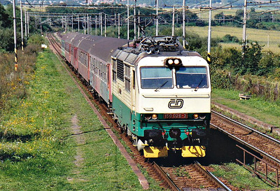 CD - 150 026 - 27 DC locos built by Skoda in 1978, all to be converted to Class 151, DC version of Class 350 - speeds through Kalsa on the 1055 Kosice - Humenne, 06/09/06.