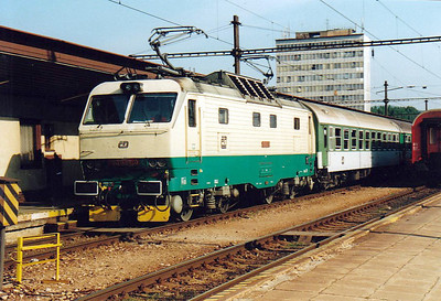 CD - 150 023 - 27 DC locos built by Skoda in 1978, all to be convetred to Class 151, DC version of Class 350 - arrives at Kosice on R425 'Laborec', 2128 Prague - Humenne, 03/08/05. This loco works the train right through with CD stock.