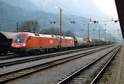 OBB - 1116 110/1116 037 - 282 'Taurus' dual voltage engines built from 2000 for international servcices - arrive at Jesenice with a very long freight, 31/03/05. They will hand it over here to an SZ loco.