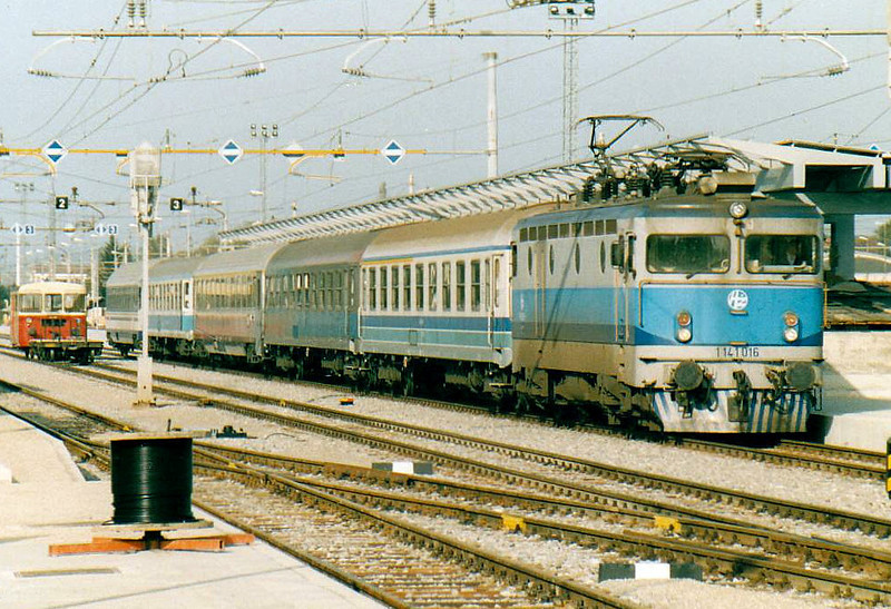 HZ - 1141 016 - 15 engines of the original Class 1141/0 built in 1967 by SGP/ASEA, based on SJ Class Rb, many rebuilt by HZ to other Class 1141 variants - has taken over train MV415 to Belgrade at Dobova, 25/10/04.