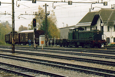 INDUSTRIAL - ACRONI LTD - 642 DEII - 115 Bo-Bo shunter/trip locos built for JZ from 1961, similar to Class 642/0 - charges into Jesenice Yard from the nearly adjacent Acroni factory with a rake of empty wagons, 29/10/04.
