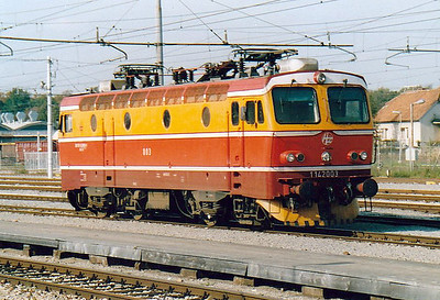 HZ - 1142 003 - 16 dual voltage engines built from 1983 for services into Hungary - having come off IC210 'Sava', 0600 Belgrade - Munich, at Dobova, 1142 003 receives a big shove back into Croatia, 25/10/04.