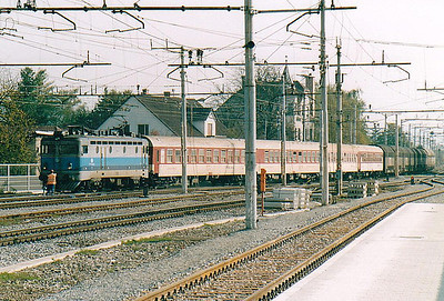 HZ - 1141 041 - 15 engines of the original Class 1141/0 built in 1967 by SGP/ASEA, based on SJ Class Rb, many rebuilt by HZ to other Class 1141 variants - arrives at Dobova on a northbound motorail train, 25/10/04. This train pulled into the yard for a customs inspection which took about 45 minutes with dogs, mirrors and lots of crawling about.