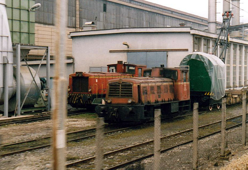 INDUSTRIAL - STORE STEELWORKS - 731 023 - small shunters built by Jenbacher, Austria, from 1958 - pilot in the steelworks at Ljubljana, 30/03/05. 732 DHLIII in the background.