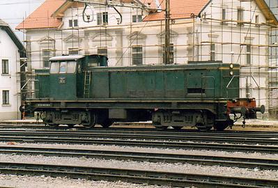 INDUSTRIAL - ACRONI LTD - 642 DEII - 115 Bo-Bo shunter/trip locos built for JZ from 1961, similar to Class 642/0 - shunts in the yard at Jesenice, 29/10/04.
