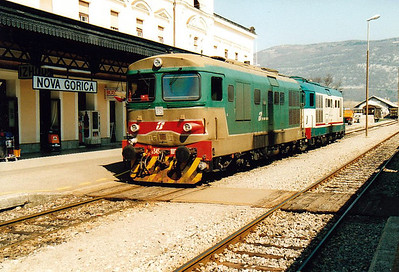 FS - D345 1090/D345 1082 - 145 engines built from 1974 for freight duties - stand at Nova Gorica, ready to return to Gorizia, 01/04/05.
