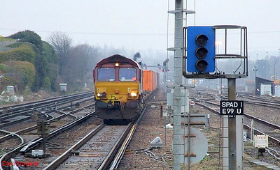 EWS 66137 approaches Eastleigh in charge of 4O01 Didcot TC-Southampton Western Docks. 23rd December 2008.