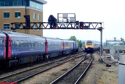 FGW HSTs pass at Reading: 43131 leads the westbound service, and 43086 leads the Paddington service. 22nd May 2008.