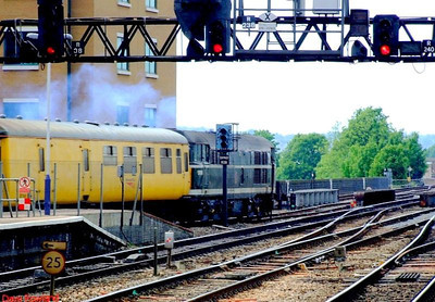 31190 hauls the test train out of the bay at Reading; it will move to the TMD in order to form 4Z08. 22nd May 2008.