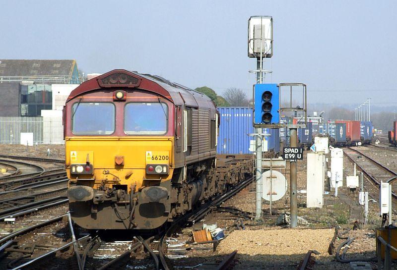 EWS 66200, 4O53 Wakefield Euro-Southampton Western Docks, Eastleigh, 8th March 2011.