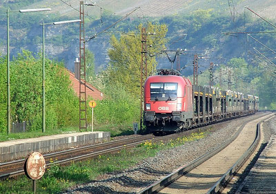 OBB 1116 091 hauls a rake of empty car wagons south through Himmelstadt on 20th April 2011.