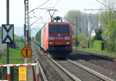 Railion 152 022 approaches Himmelstadt with a northbound freight on 20th April 2011.