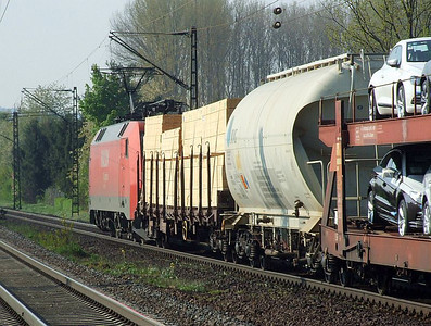 Railion 152 085 hauls a freight south through Himmelstadt on 20th April 2011.