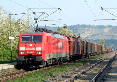 Railion 189 060 hauls a freight south through Himmelstadt on 20th April 2011.