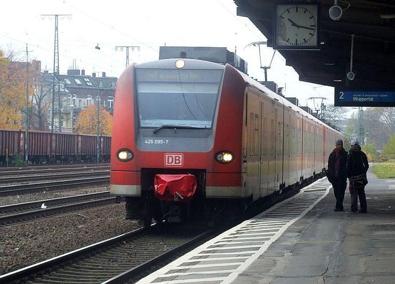 DB units 425 095 & 425 091 at Köln West, 13th November 2012.