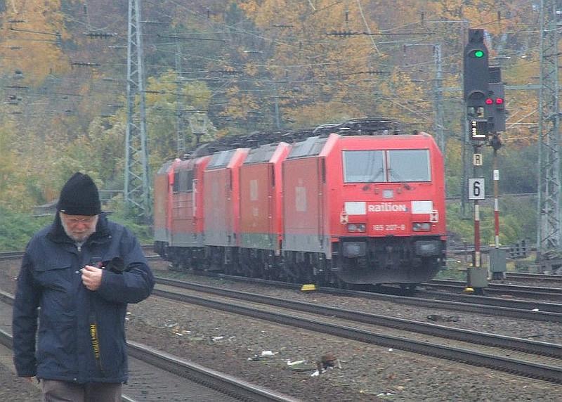Railion convoy (l-r): Roger Morris, 185 234, 151 059, 145 067, 185 290, 185 207 at Köln West, 13th November 2012.