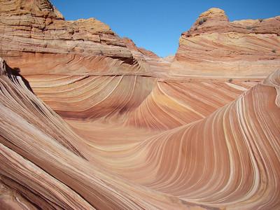 Voici quelques  coordonnées GPS : Parking lot à Wire Pass             Altitude: 1 485,90 mètres 37°01.1749N           112°01.4967W The Wave                                       Altitude : 1584,96 mètres 36°59.7386N           112°00.3583W  Distance jusqu'à Parking lot : 4,43 kilomètre Melody Arch et Grotto                   Altitude 1668,78 mètres 36°59.4680N      112°00.314W Dinosaur Tracks                           Altitude : 1584,96 mètres 36°59.860 N    112°00.650 W.