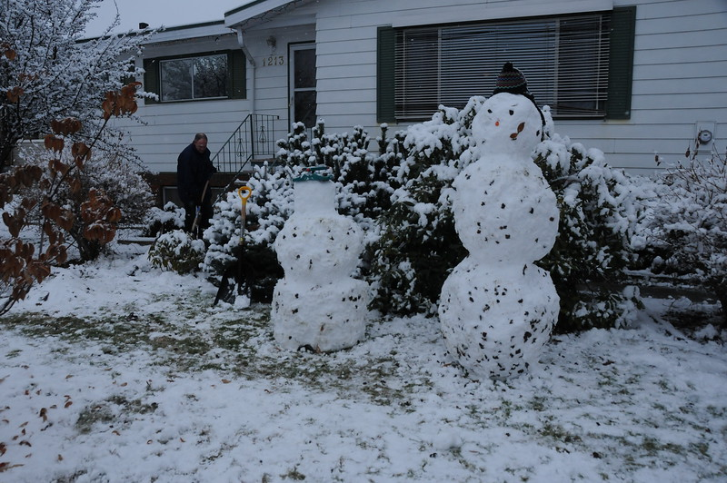 I believe when Karen was talking with her Mom the other day, she mentioned that after more than two weeks from the snowmen's birth, someone's head had fallen off, or is drooping, or something to that effect.