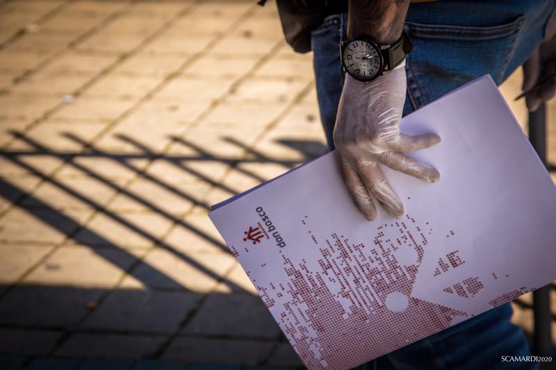 Reparto de alimentos en Fundación don Bosco. Listado de familias con derecho al menú solidario. La nueva crisis económica causada por el Covid19 afecta a las personas más vulnerables de nuestra Comunidad. A las 350.000 personas que estaban ya en pobreza severa -según el último informe de 2019- hay que añadir un nuevo grupo de personas que ahora también necesitan recibir ayuda alimentaria urgente. En total, se han recibido más de 45.000 nuevas peticiones.