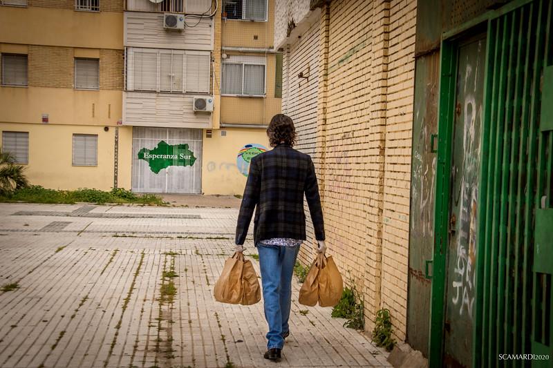 Reparto de alimentos en Fundación don Bosco. Una parte de los menús se entregan a domicilio. Emilio Caracafé suele encargarse de ello a final de la mañana , una vez acabada la distribución en las puertas de la fundación Don Bosco.