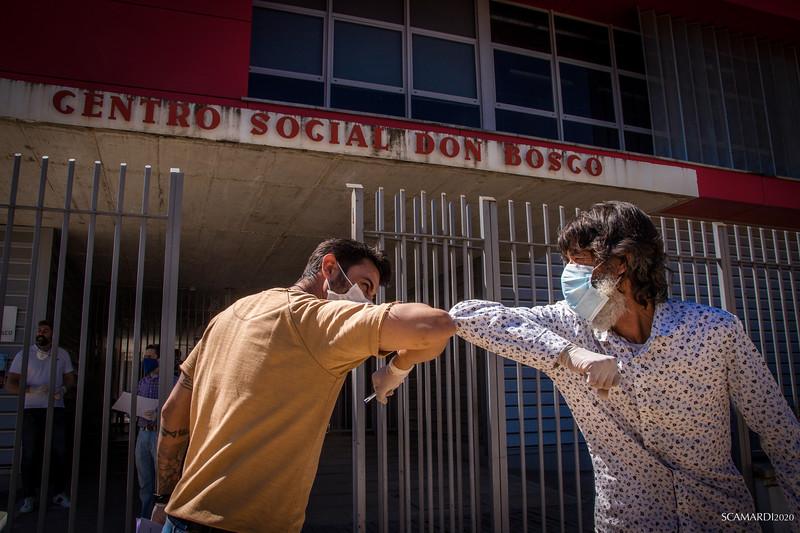 Reparto de alimentos en Fundación don Bosco.  La Fundación  Alalá mantiene reuniones semanales con la comisión de emergencia creada en el Polígono Sur, con los centros educativos, Caritas Diocesana, Fundación Don Bosco,… para coordinar todas las actuaciones que se hacen en el barrio intentando llegar al mayor número de familias sin duplicar recursos.