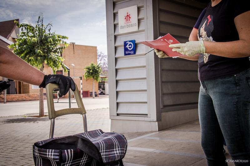 Reparto de alimentos en Fundación don Bosco: En el Polígono Sur la población más afectada por el confinamiento por Covid19 pertenece al sector de la venta ambulante, de la hostelería y de la limpieza.