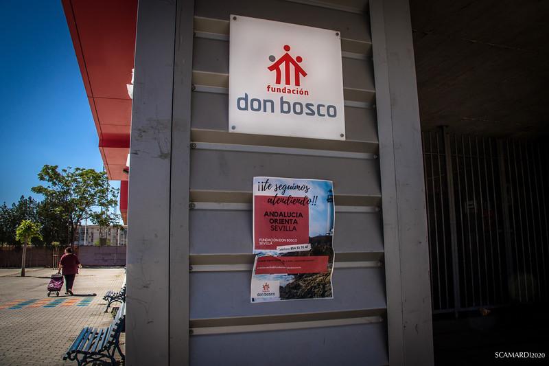 Reparto de alimentos en Fundación don Bosco: Después de la identificación, una vecina se dirige a la sala de entrega de la bolsa que le corresponde.