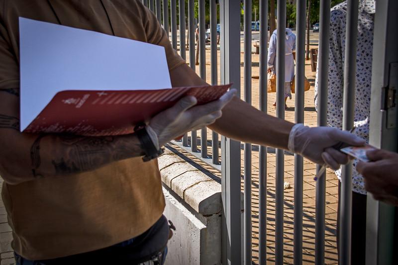 Reparto de alimentos en Fundación don Bosco: Las familias y vecinas que recogen sus bolsas se han iscrito previamente en las listas de las diferentes entidades que están colaborando en la gestión de las ayudas; en este caso, Caritas, Fundación Don Bosco y Fundación Alalá.
