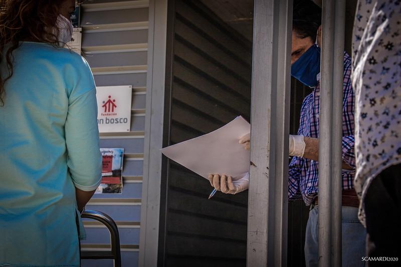 Reparto de alimentos en Fundación don Bosco: Un dato curioso que evidencia Javier, uno de los integrante de la Fundación Don Bosco es que quien viene a recoger la bolsa de alimentos son en gran mayoría mujeres.