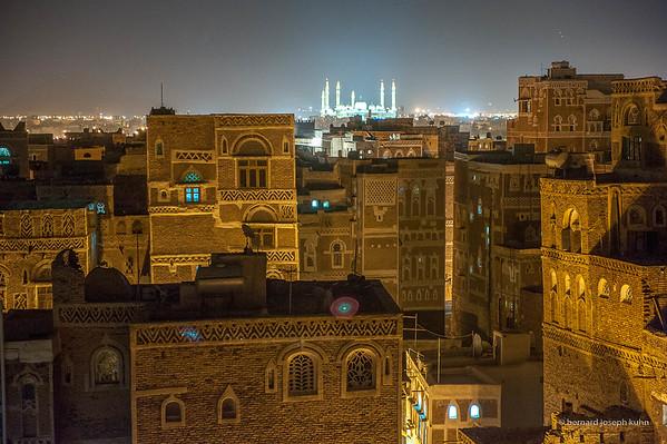 Au fond, la nouvelle mosquée Al-Saleh • In the background, the new mosque Al-Saleh (2009)