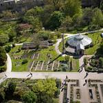 """<span style=""""color:#FFF;"""">Jardin Botanique de Strasbourg</span>. C'est dans ce Jardin situé au coeur de la ville de Strasbourg que José Arnaud a décidé d'exposer la plus grande partie des textes écrit pas Sebastian Cordova. D'autres petites pancartes de couleur blanche ont été également placées au sein du Jardin du Palais Universitaire."""