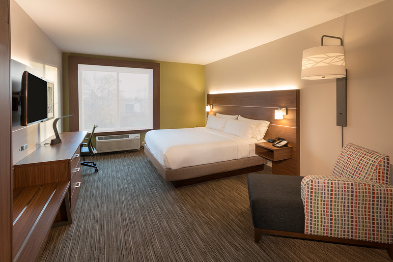 seatw-holiday-inn-express-and-suites-seattle-south-guestroom-king