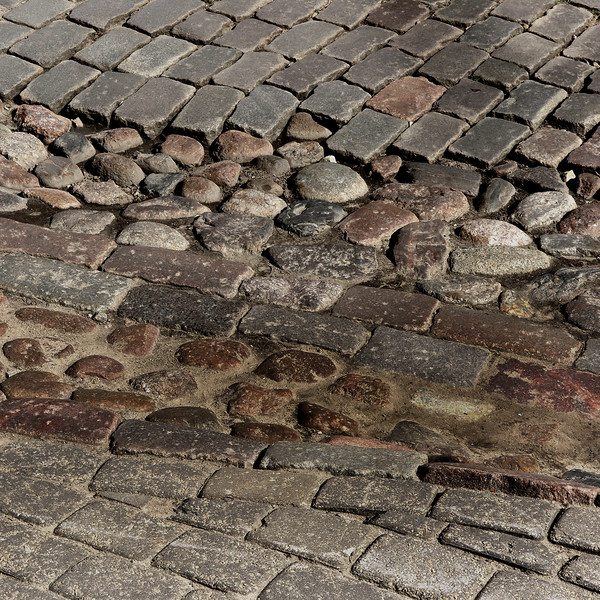 A gutter track made of round cobble-stones