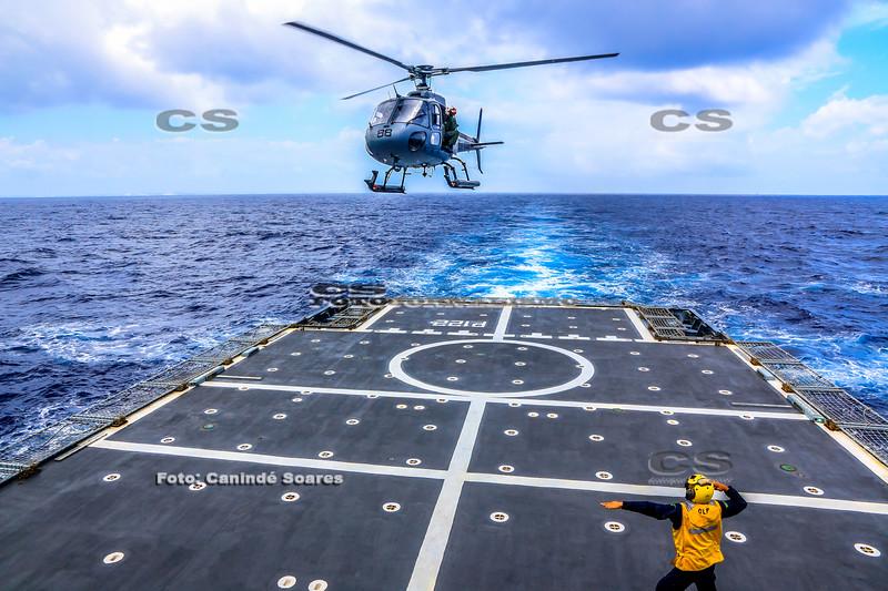 Helicóptero no Navio Araguari