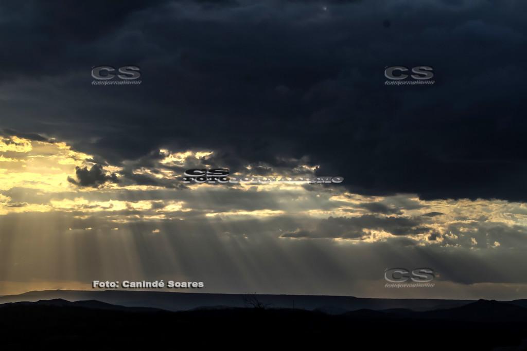 Céu com nuvens e reflexo do sol