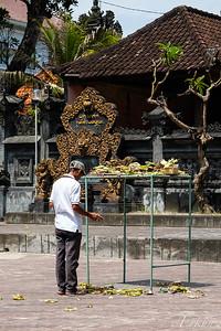 Pura Dalem Pakendungan - Making and offering