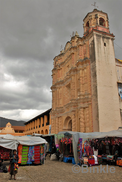 Iglesia Ex-Convento de Santo Domingo de Guzmán mit Gewerbemarkt<br /> Iglesia Ex-Convento de Santo Domingo de Guzmán with artisan market