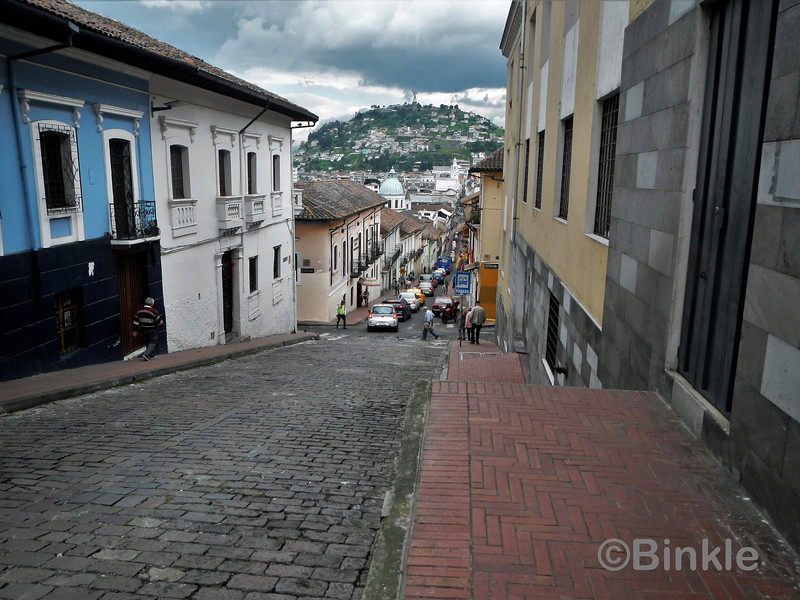 Eingang zu unserem Wohnblock mit Blick auf die Altstadt, Quito<br /> Entrance to our Condo with view of the Old Town, Quito