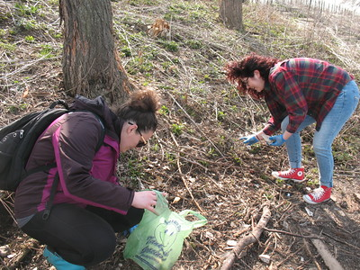 RU students in ACP/SUST 250 The Sustainable University, cleaning up litter on the banks of Bubbly Creek at Canal Origins Park, Chicago IL (photo: M. Bryson)
