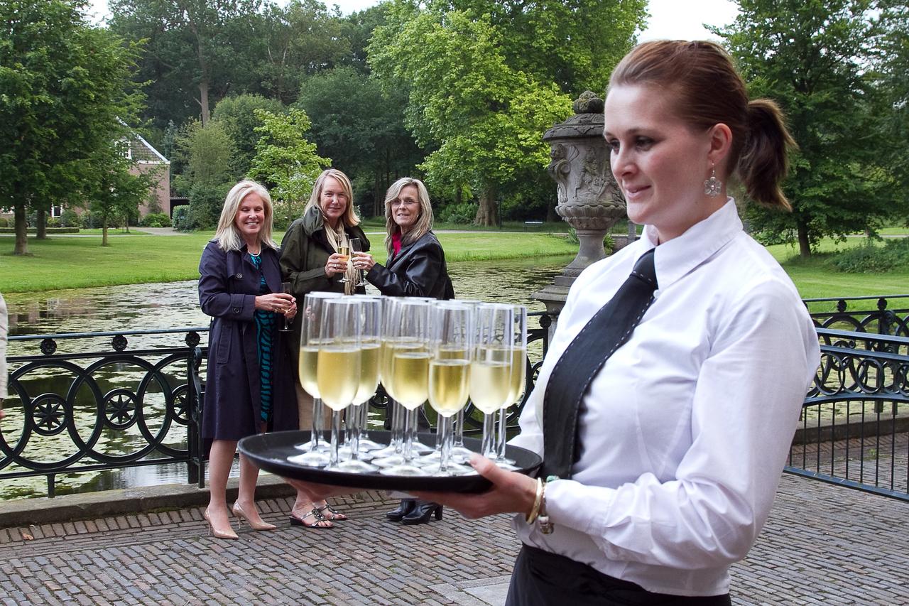 Welcom glass of champagne<br /> (l-r)  US Darla Ripley, Denise Gault, Susan Willis
