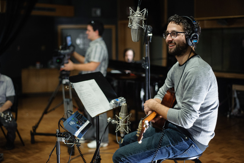 Louis-Jean Cormier pendant un tournage au Studio 12, Radio-Canada