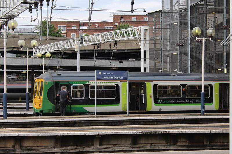 London Northwestern Railway Class 319 No. 319433 at London Euston Station