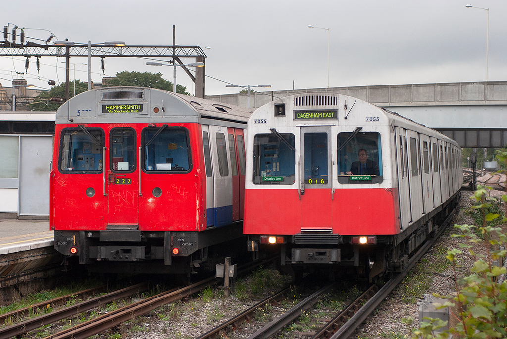 District Line 7055 and Hammersmith & City Line 5527, Barking 18/10/2006