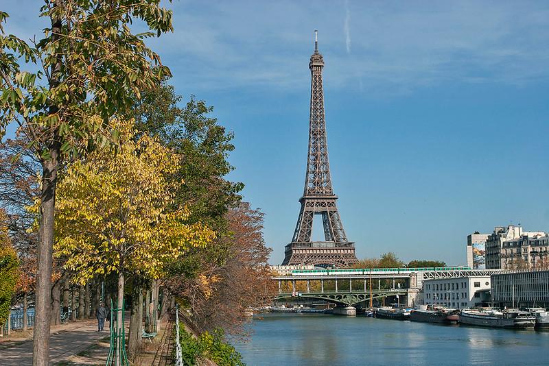Paris Metro crosses the River Seine, Pont de Bir Hakiem 24/10/2011
