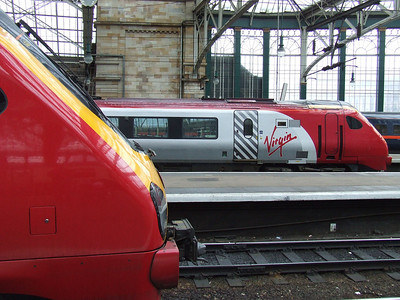220004 Cumbrian Voyager and 221104 Sir John Franklin at Glasgow Central
