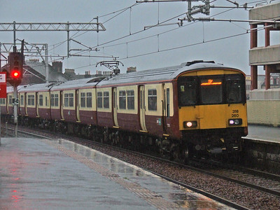 318260 drawing into P4 of Paisley Gilmour Street in the pouring rain on a service to Ayr