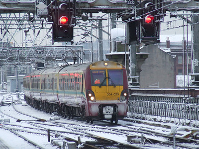 334025 waiting on signals on the Clyde Viaduct waiting to proceed into P15 of Glasgow Central