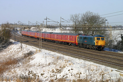 9 January. Now were talking ! 87002 Royal Sovereign hurries past Chelmscote with mail units 325009 + 325013 working the 1Z94 0630 Shieldmuir RMT - Willesden additional Christmas mail.