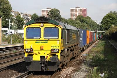 4 September. 66532 P&O Nedlloyd Atlas approaches Kensington Olympia working the 4O88 0502 Crewe Basford Hall - Thamesport.